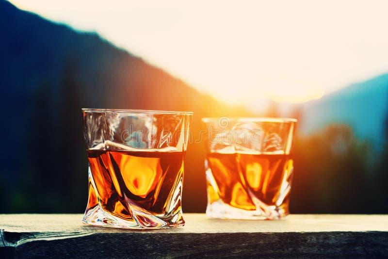 strza? whisky przy zmierzchu dramatycznym niebem na g?ra krajobrazu tle zdjęcie stock