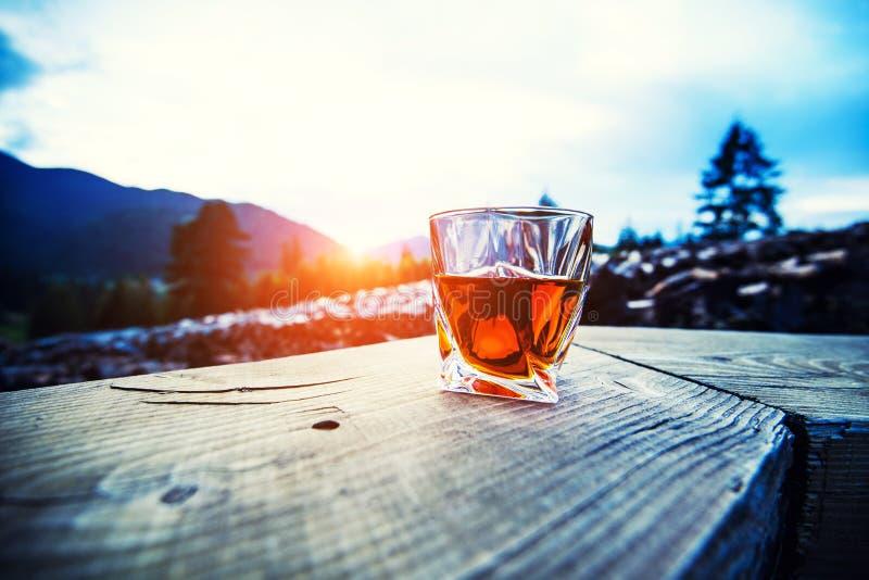 strza? whisky przy zmierzchu dramatycznym niebem na g?ra krajobrazu tle zdjęcia royalty free