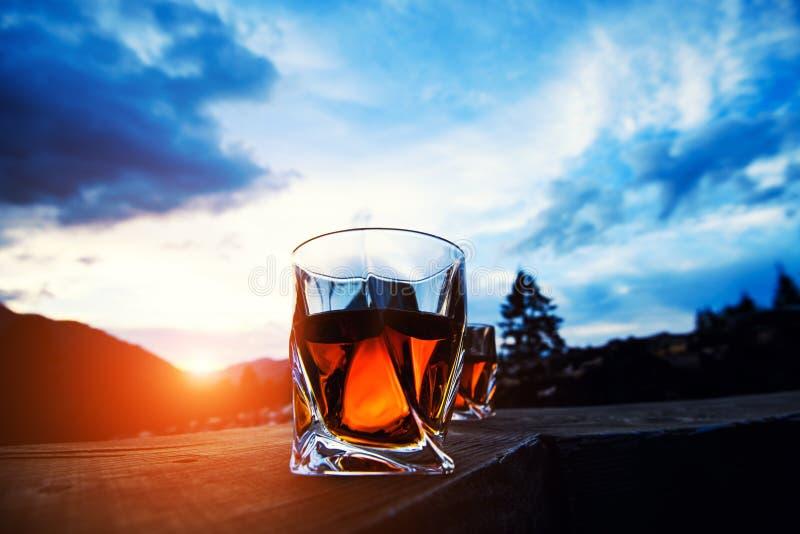 strza? whisky przy zmierzchu dramatycznym niebem na g?ra krajobrazu tle obrazy stock