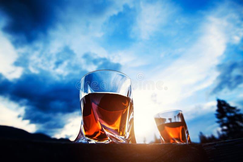strza? whisky przy zmierzchu dramatycznym niebem na g?ra krajobrazu tle zdjęcie royalty free