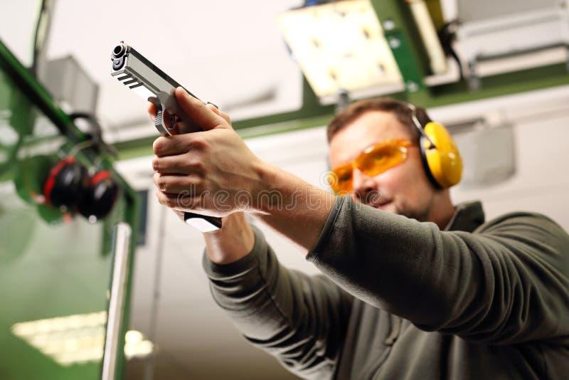 Strzelać pistolet przy mknącym pasmem zdjęcie stock