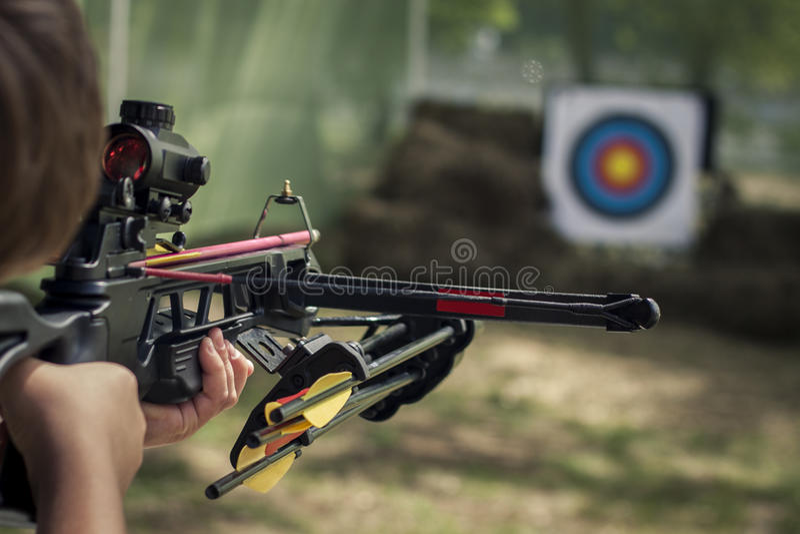 Strzelający kierował crossbow w kierunku barwionego celu obrazy stock