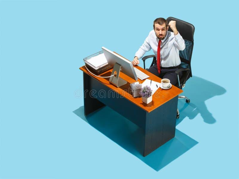 Strzelający od above elegancki biznesowy mężczyzna pracuje na laptopie fotografia stock