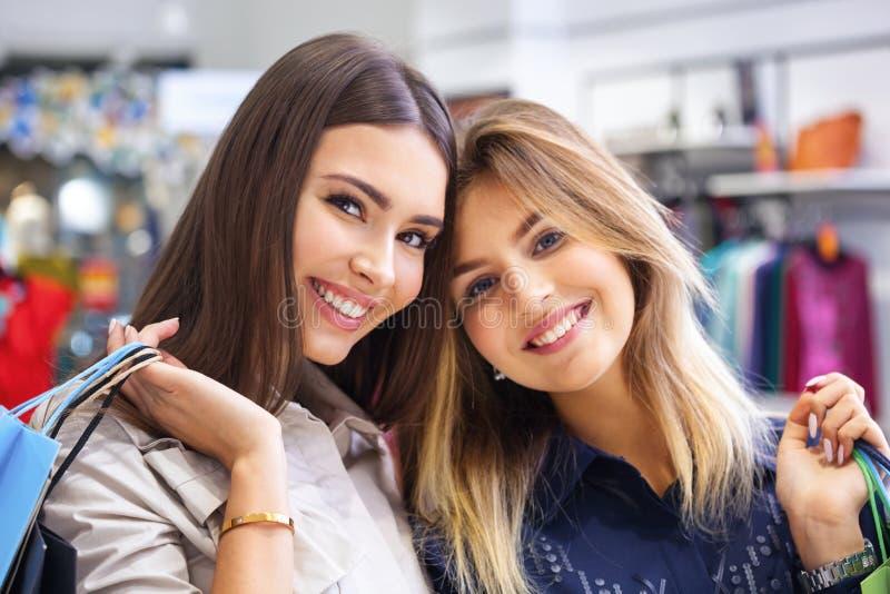 Strzelający pięknych młodych kobiet iść robić zakupy obrazy royalty free