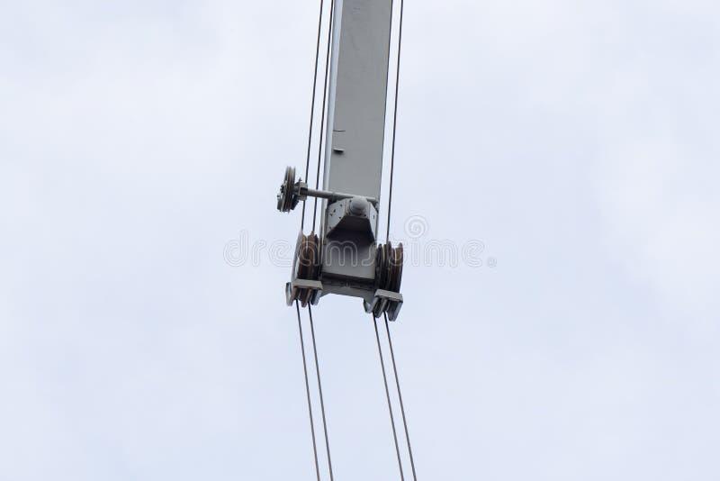 Strzelający stary, ośniedziały portowy dźwigowy narządzanie, podnosić ładunek w statku na chmurzącym nieba tle zdjęcie royalty free