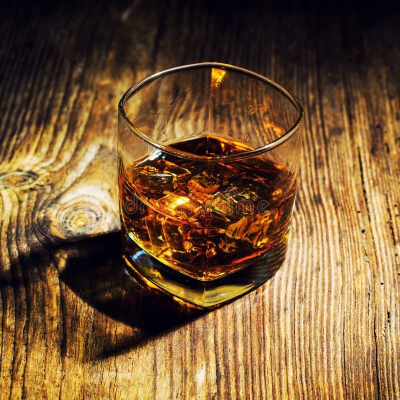 strzelający whisky na drewnianym tle obraz royalty free
