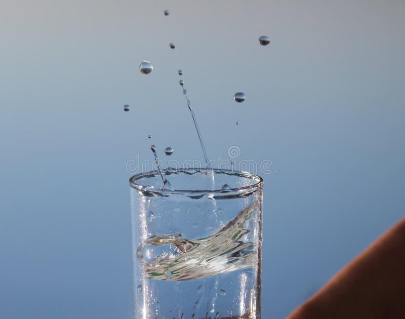 Strzelisty szkło z wodą i pluśnięciem zdjęcia royalty free