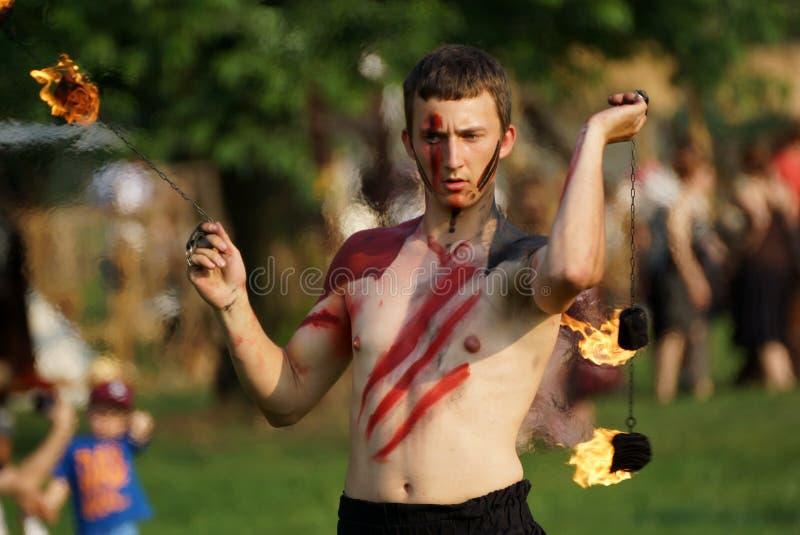 Sts John ganska festivals show för brand på Juni 2013 i Krakow, Polen. I denna kapacitet slåss skådespelarna med draken royaltyfri bild