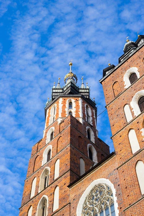 Sts Mary basilika i huvudsaklig fyrkant av Krakow i Polen arkivfoto
