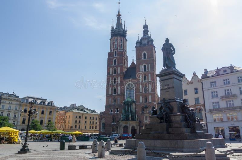 Sts Mary basilika i huvudsaklig fyrkant av Krakow i sommar arkivbild