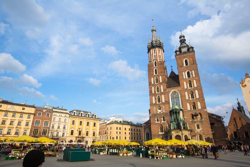 Sts Mary kyrka i historisk mitt av Krakow fotografering för bildbyråer