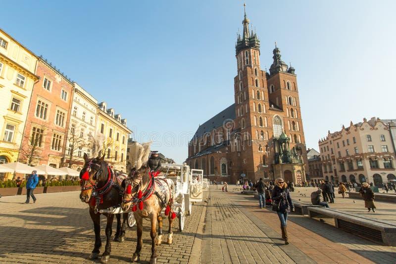 Sts Mary kyrka i historisk mitt av Krakow på den huvudsakliga fyrkanten - data till det 13th århundradet arkivbild