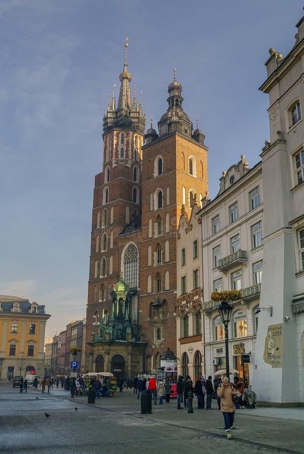 Sts Mary kyrka på den huvudsakliga fyrkanten i Krakow, Polen arkivbild