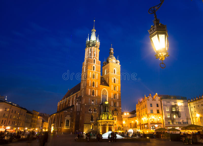 Sts Mary kyrka på Rynek Glowny (marknadsfyrkant) i nattetid arkivbilder