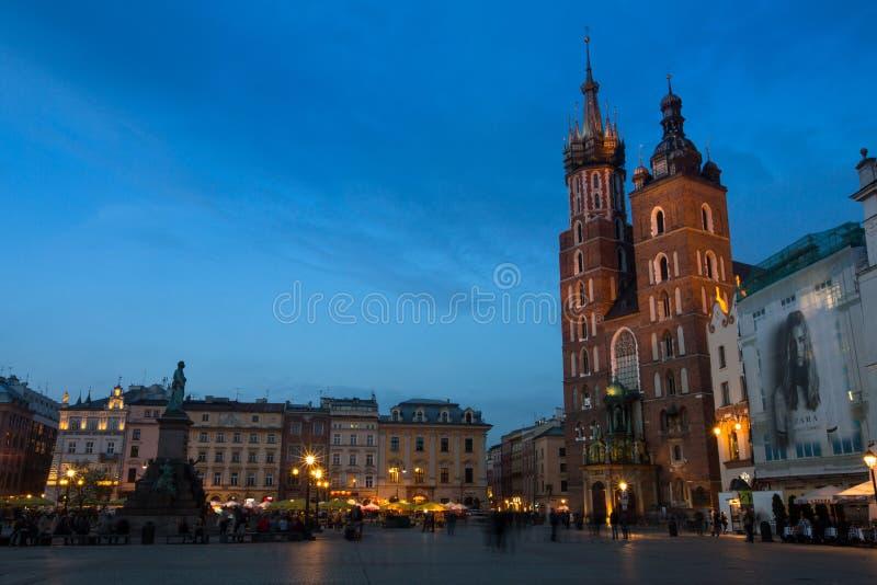 Sts Mary kyrka på Rynek Glowny (marknadsfyrkant) i nattetid royaltyfri foto