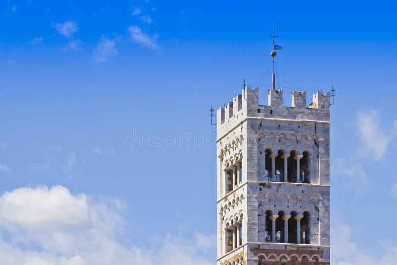 Sts Michael detalj för klockatorn som byggs med stenen och vit marmor Italien - Tuscany - Lucca stad - bild med kopieringsutrymme fotografering för bildbyråer