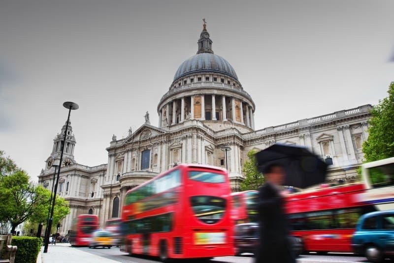 Sts Paul domkyrka i London, UK. Röda bussar royaltyfri bild