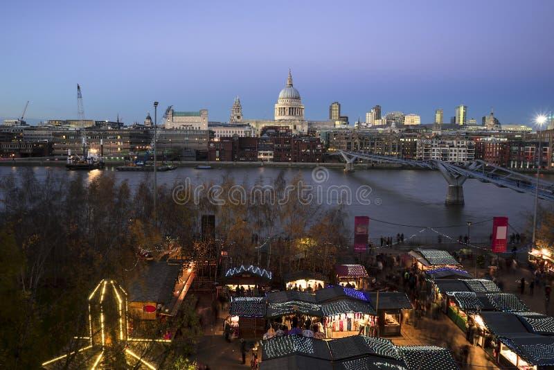 Sts Paul domkyrka som ses från Tate Modern fotografering för bildbyråer