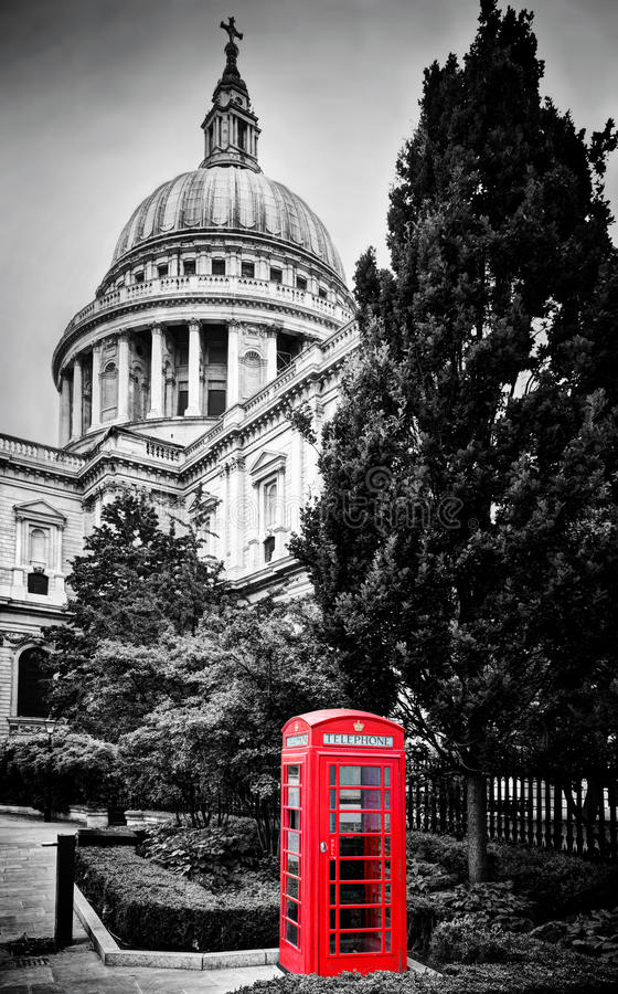 Sts Paul domkyrkakupol och rött telefonbås London UK arkivbild