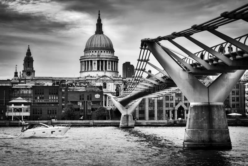 Sts Paul domkyrkakupol som ses från milleniumbron i London, UK royaltyfria bilder