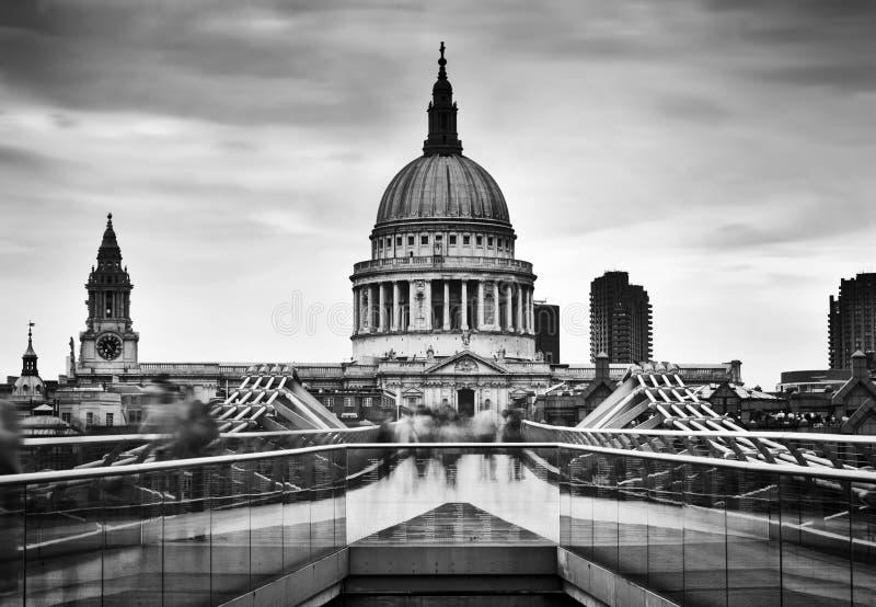 Sts Paul domkyrkakupol som ses från milleniumbron i London, UK arkivbild