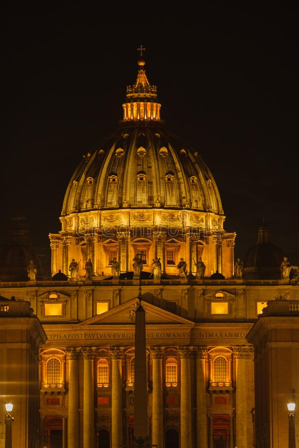 Sts Peter basilika i aftonen från via dellaen Conciliazione i Rome stad italy rome vatican Rome arkitektur och gränsmärke royaltyfri fotografi