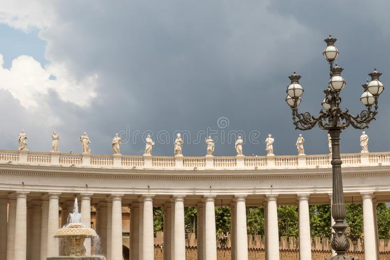 Sts Peter basilikakolonnad i Vaticanen fotografering för bildbyråer