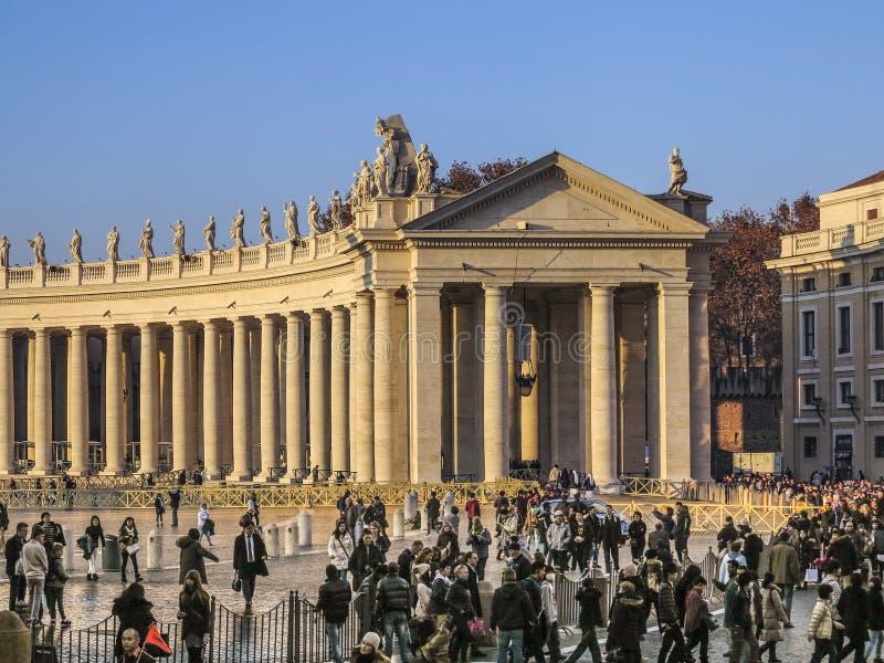 Sts Peter för turister på fötter fyrkant i Vaticanen royaltyfria bilder
