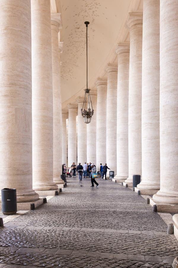 Sts Peter fyrkant, inre detalj av kolonnaden, Vatican City royaltyfri bild