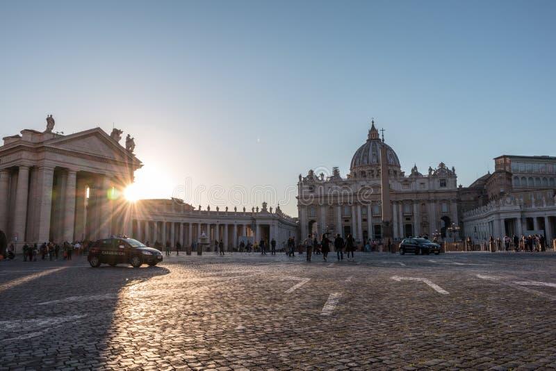 Sts Peter fyrkant och basilika på solnedgången arkivfoton