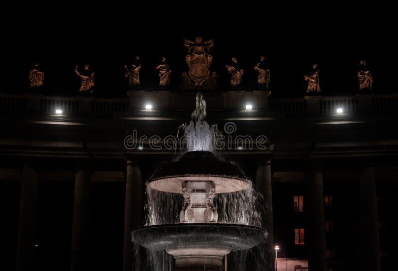 Sts Peter fyrkant på natten arkivfoto