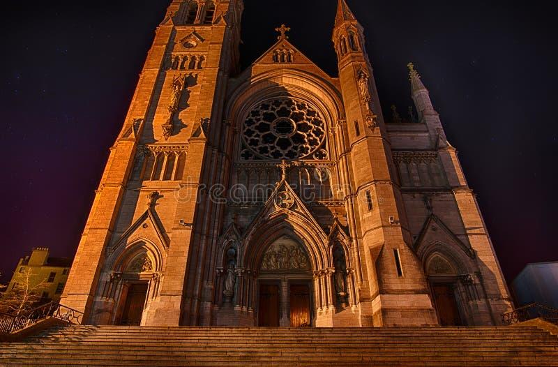 Sts Peter kyrkliga Drogheda på natten arkivfoto