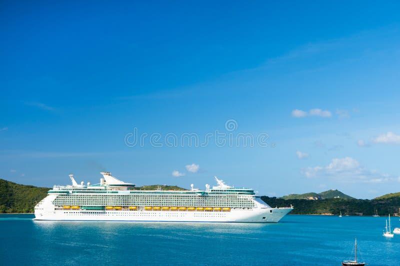 StThomas brittisk jungfrulig ö - Januari 13, 2016: kryssningskepp på sjösidan Haveyeliner i det blåa havet på solig himmel svarta royaltyfria foton