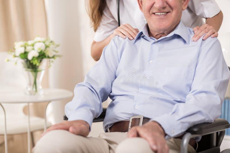 Stting op een rolstoel royalty-vrije stock foto's