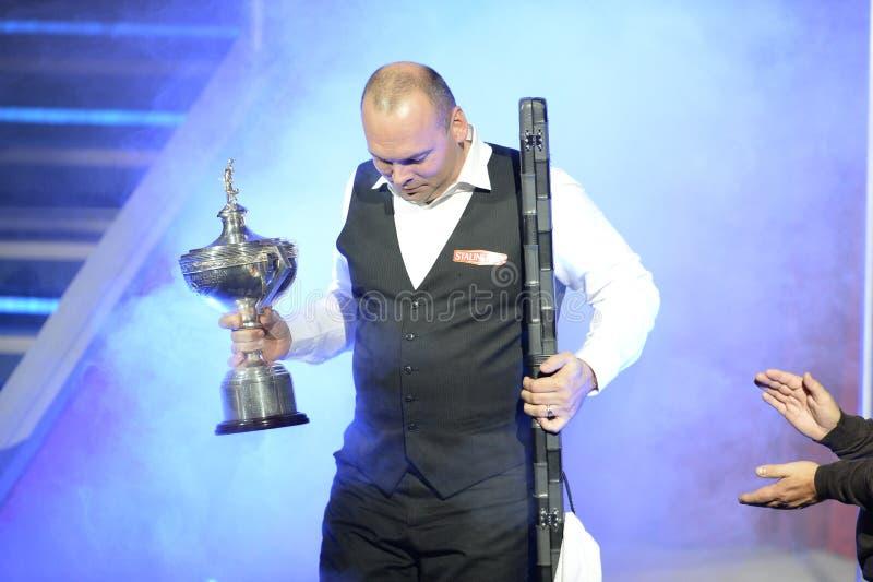 Stuart Bingham die van Engeland de Trofee van de Wereldkampioen houden stock fotografie