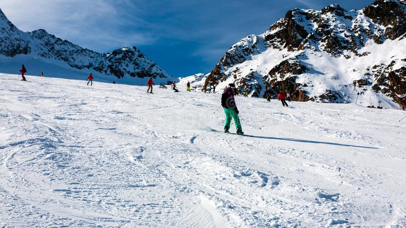 Stubai,奥地利- 2011年11月1日:乘坐在Stubaier Gletscher,阿尔卑斯滑雪场的倾斜的挡雪板和滑雪者 免版税库存图片