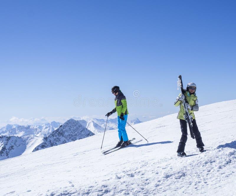 Stubai-Gletscher, ÖSTERREICH, am 2. Mai 2019: Skifahrer an der Spitze Schaufelspitze-Berges an Skiort Stubai Gletscher lizenzfreie stockfotos