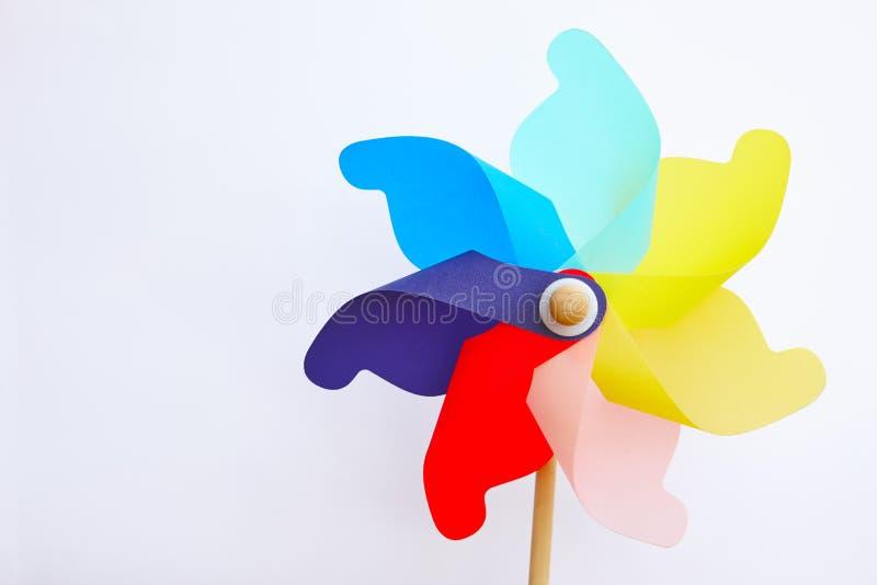 Stubarwna pinwheel wiatraczka zabawka odizolowywająca na bielu Lato kolory obraz royalty free