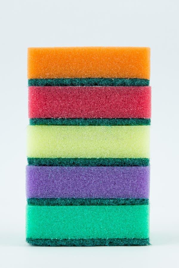 Stubarwne gąbki dla myć naczynia na białym odosobnionym tle obraz stock