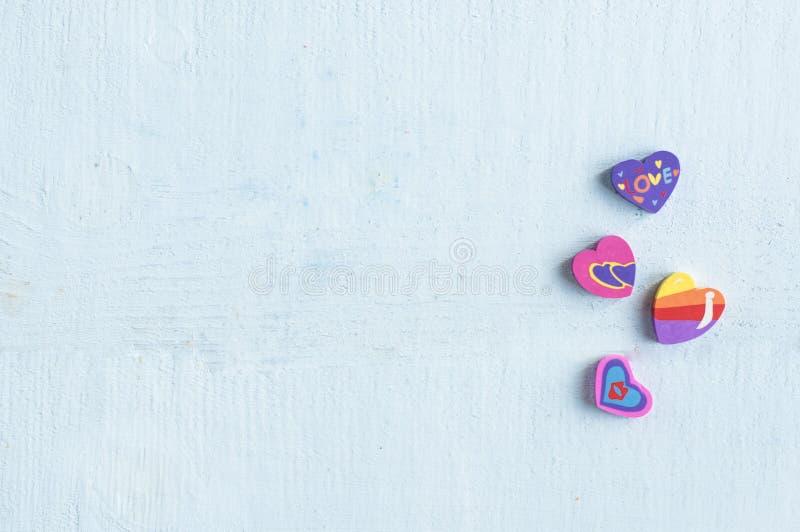 Stubarwne gumki w formie serca na błękitnym tle fotografia royalty free