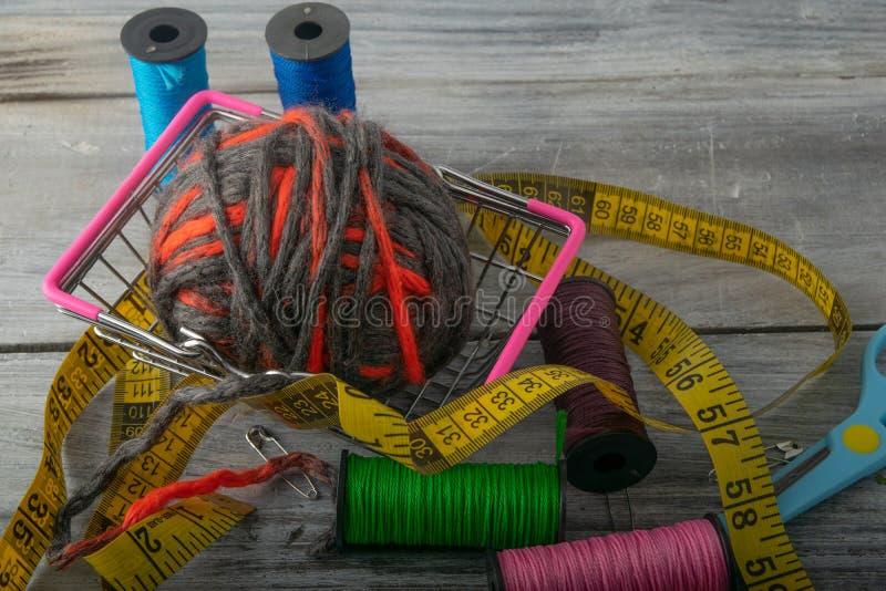 Stubarwne nici, nożyce i władca, zdjęcie royalty free