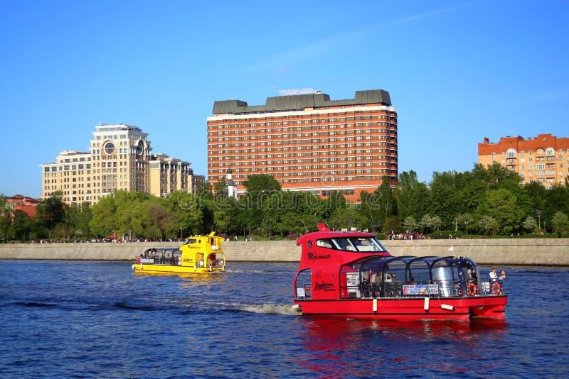 Stubarwne prędkości przyjemności łodzie na Moskva rzece zdjęcia royalty free