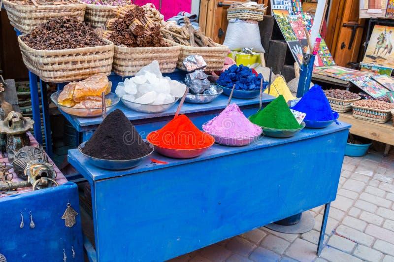 Stubarwne wysuszone farby, barwidła i pigmenty w Marrakech Medina, obraz stock