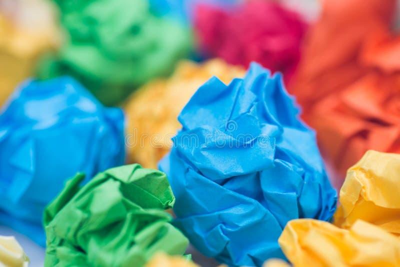 Stubarwne zmięte papierowe piłki makro- zdjęcia royalty free