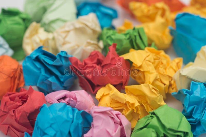 Stubarwne zmięte papierowe piłki makro- zdjęcia stock