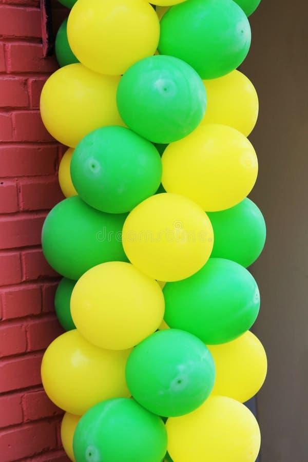 Stubarwni balony ozdabiają wejście kawiarnia obrazy royalty free