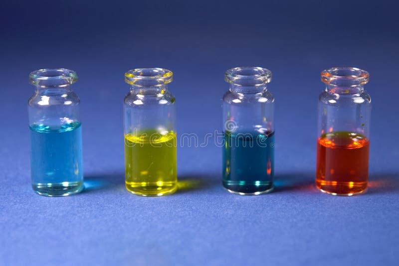 Stubarwni ciecze w szklanych buteleczkach obraz stock