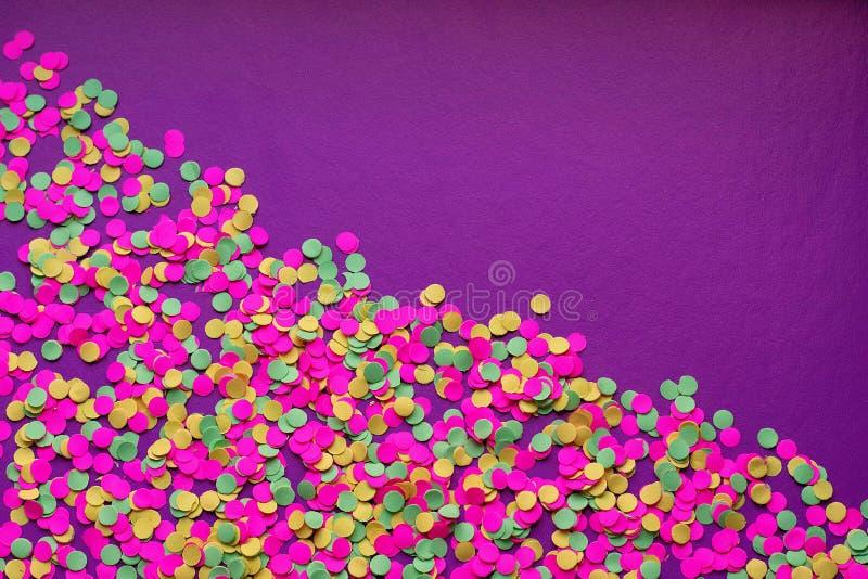 Stubarwni confetti wewnątrz na ciemnym tle obrazy royalty free