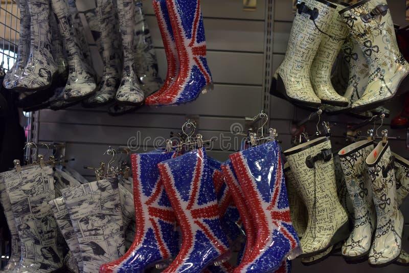 Stubarwni gumowi buty w sklepie zdjęcie stock