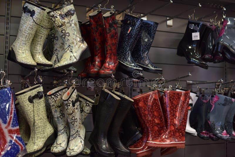 Stubarwni gumowi buty w sklepie fotografia stock